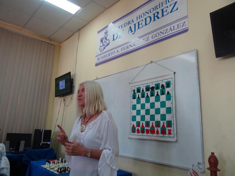 La Directora del Instituto Superior Latinoamericano de Ajedrez (Isla) agradeció el trabajo abnegado en el ajedrez y en el deporte universitario sostenido por el MSc. Isbel Herrera del Sol, presidente de la Cátedra en la UCI.