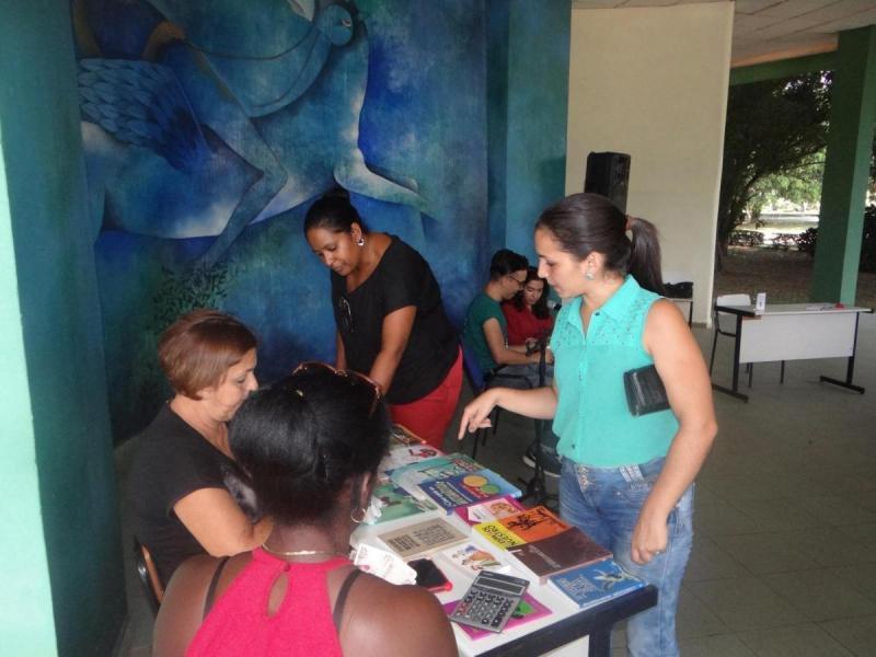 La comunidad universitaria disfrutó de variadas ofertas de libros en el FULL.