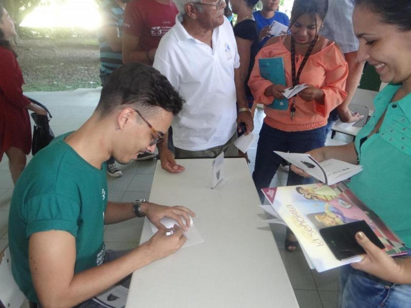 Michel Pedrera realizó la firma de su libro Corazón impío a los participantes en el evento cultural.