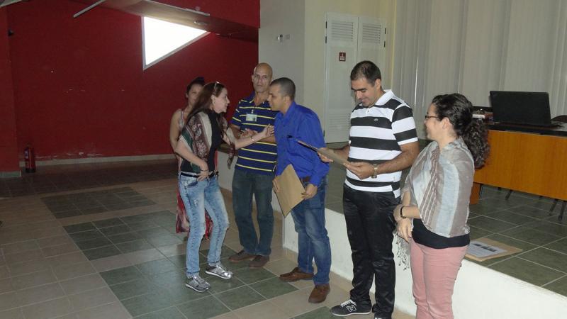 Entrega de certificado de reconocimiento a la profesora Asistente Yaíma Moraima López.