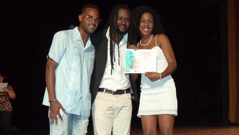 Entrega del premio de oro en el Festival Provincial del a FEU de Artes plásticas.