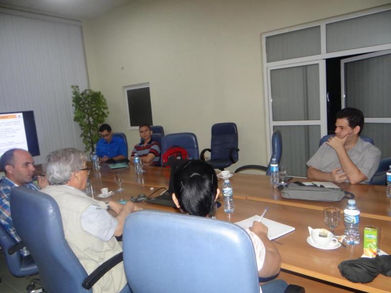 El Dr.C. Omar Correa (en el extremo izquierdo), Director de Ciencia, Tecnología e Innovación en la UCI, dio la bienvenida al invitado.