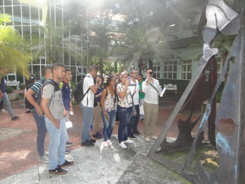 En el patio del docente Rubén Martínez Villena, los estudiantes colombianos se interesaron por la obra de arte que allí se exhibe, como parte del patrimonio cultural de la UCI.