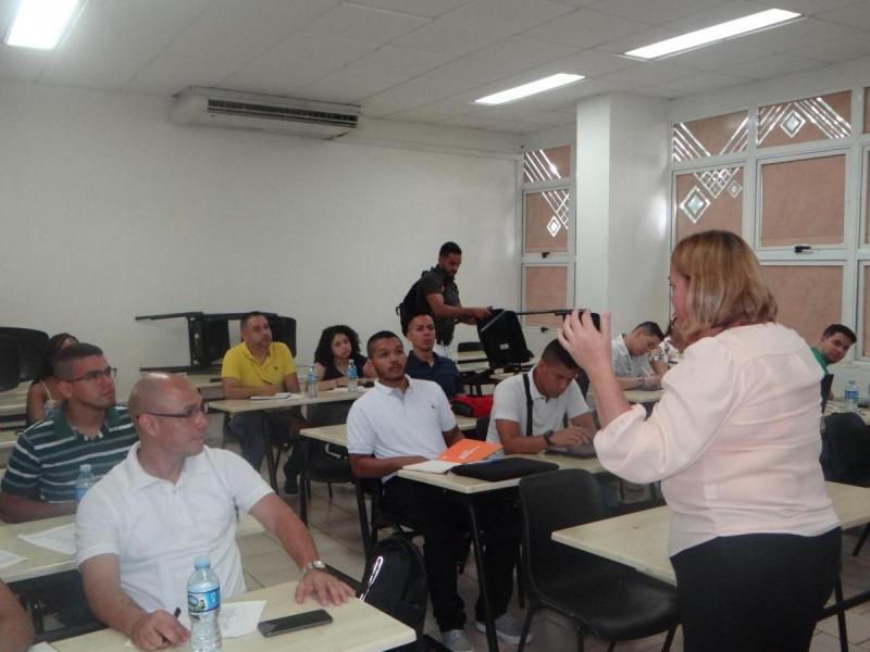 La Dra.C. Yaimí Trujillo imparte la primera clase a los estudiantes de UNICATÓLICA.
