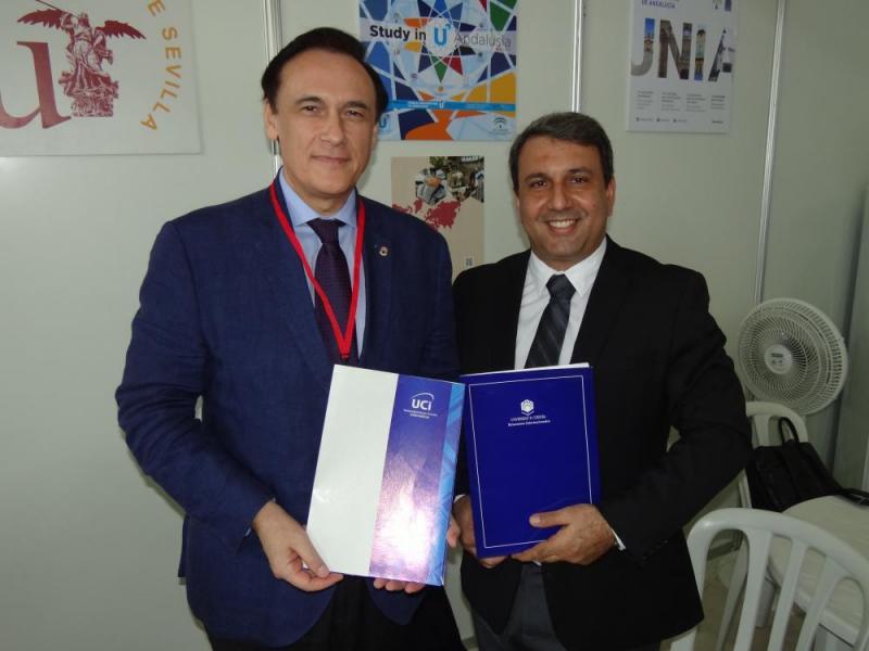 Entre las actividades que realizó el máximo dirigente de la UCI estuvo la firma de un convenio marco con el Dr.C. José Carlos Gómez Villamandos, rector de la Universidad de Córdoba.