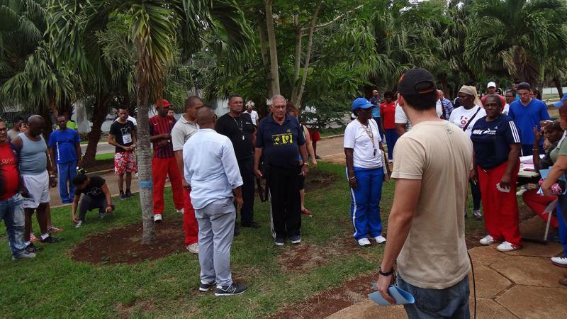 Momentos antes de iniciar la carrera de maratón los más de 70 participantes e invitados guardaron un minuto de silencio como muestra de pesar por las víctimas del accidente aéreo ocurrido el pasado viernes en La Habana.