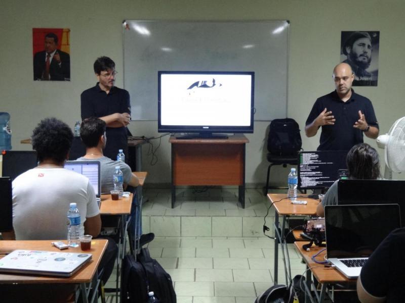 Los profesores Hernán Eduardo Pachas Magallanes, Eduardo Rosanti Sugahara y César Augusto Azambuja Brad, impartieron el curso a los aspirantes a la calificación internacional en Linux Essentials.