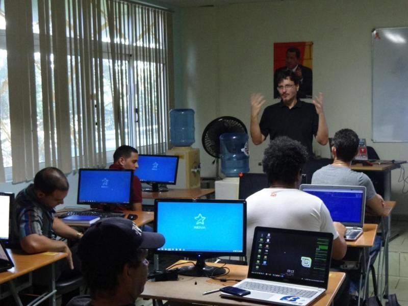 El profesor César Augusto Azambuja Brad dialogó con los estudiantes, conoció acerca de sus motivaciones con el taller y sus experiencias con Linux.