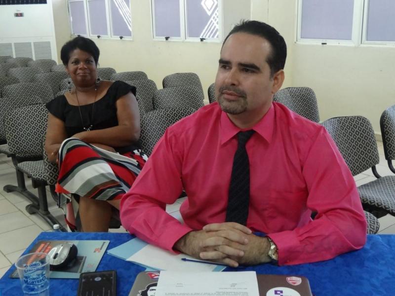 En la imagen, el MSc. Henry Raúl González Brito, tutor de los muchachos de la Facultad 2 y la Dr.C. Bárbara Laborí de la Nuez, jefa del Programa de Formación del Nivel de Educación Superior de Ciclo Corto de Administración de Redes y Seguridad Informática