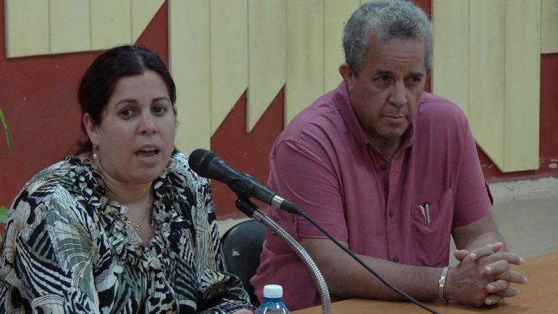 La MSc. Ana Marys García Rodríguez, decana de la Facultad 3 presentó al conferencista Héctor Igarza Cabrera, director para África Norte y Medio Oriente del Minrex.