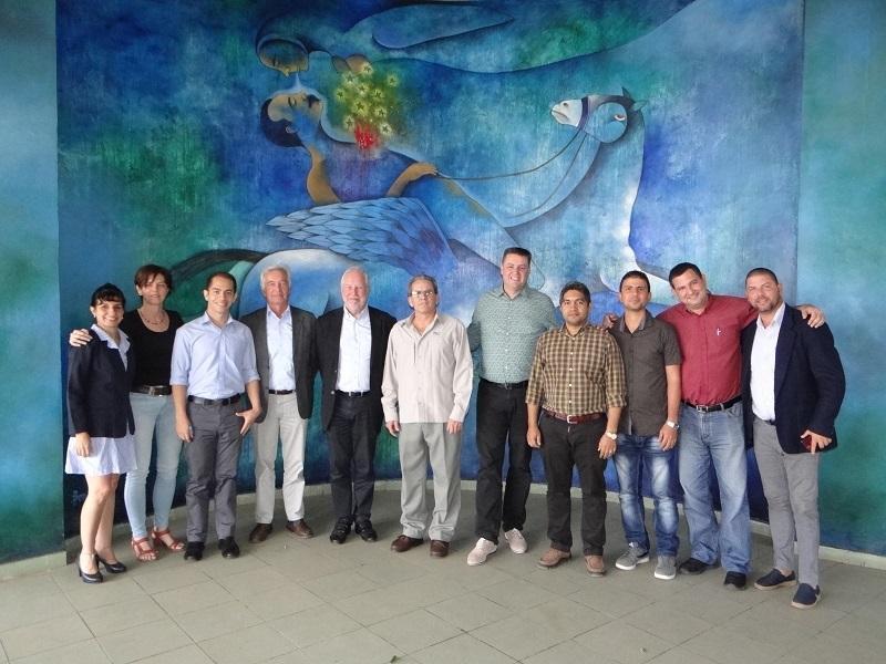 Foto colectiva de los visitantes junto a los directivos de la UCI como recuerdo del amistoso encuentro.