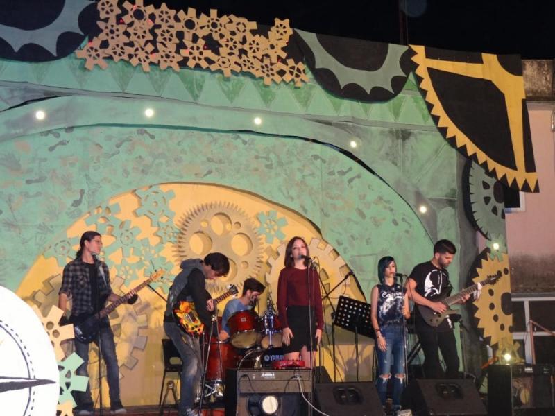 """El grupo musical Alchemist deleitó al público con la pieza """"Chandelier""""."""