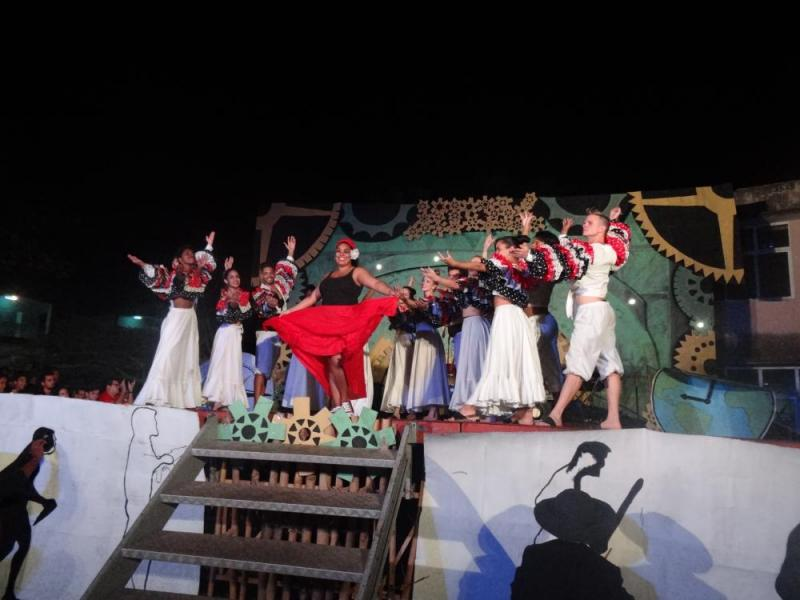 """El grupo Cubanazos deleitó al auditorio con la danza """"Conga pá cerrar""""."""