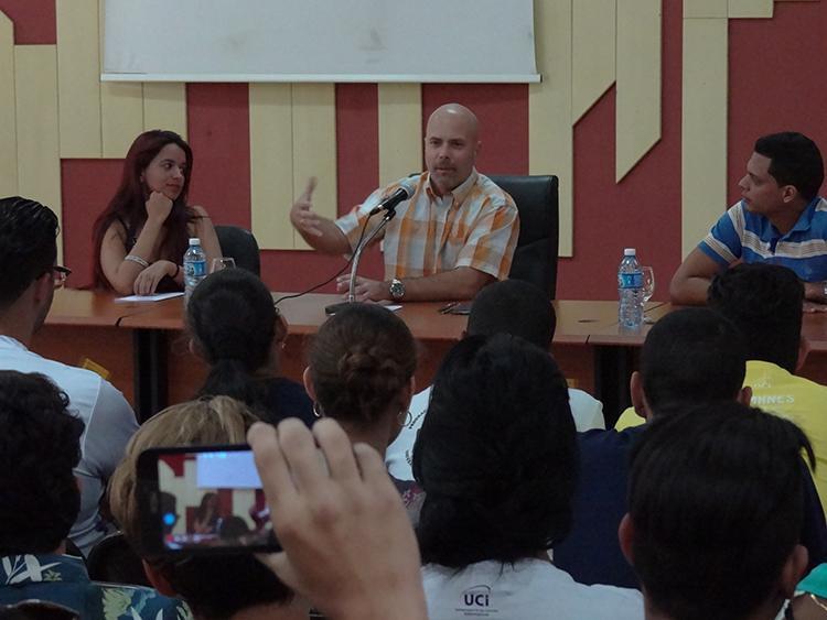 Gerardo Hernández Nordelo sostuvo encuentro con dirigentes de la FEU en la UCI