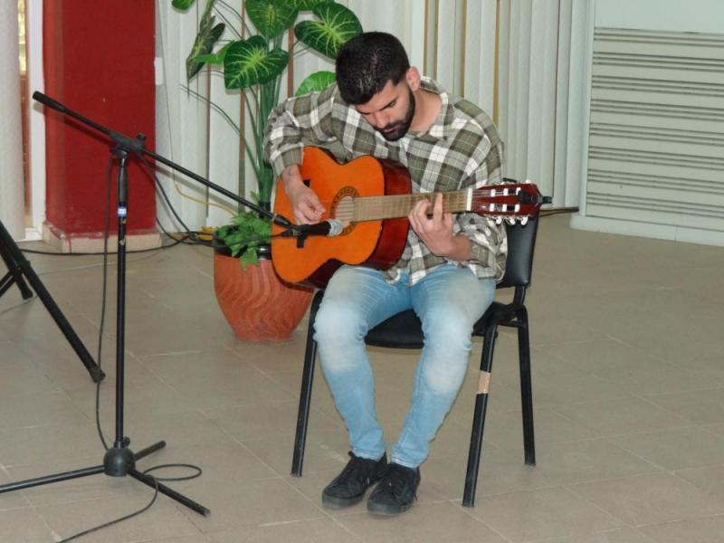 El artista aficionado Javier Estévez Sotolongo interpretó la obra musical Estudio 4.