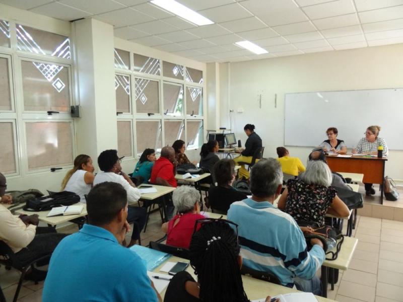 Trabajo en Comisión en aula de posgrado del docente Rubén Martínez Villena de la UCI.