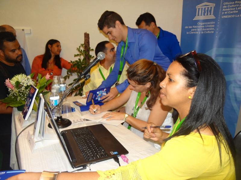 Los autores de los libros científicos de la Universidad, le firmaron sus textos al público presente en en la sala Lecturas en la Red.