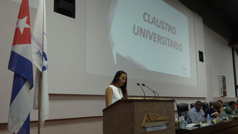 La presidenta de la FEU en la UCI, Beatriz Amada Andrial, dedica unas palabras al auditorio, en especial a nuestra rectora saliente.