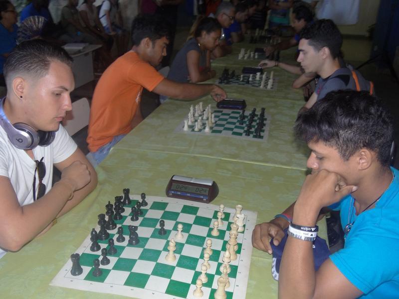 Jugadores de las facultades 4 y Citec se enfrentan en varias partidas de ajedrez.