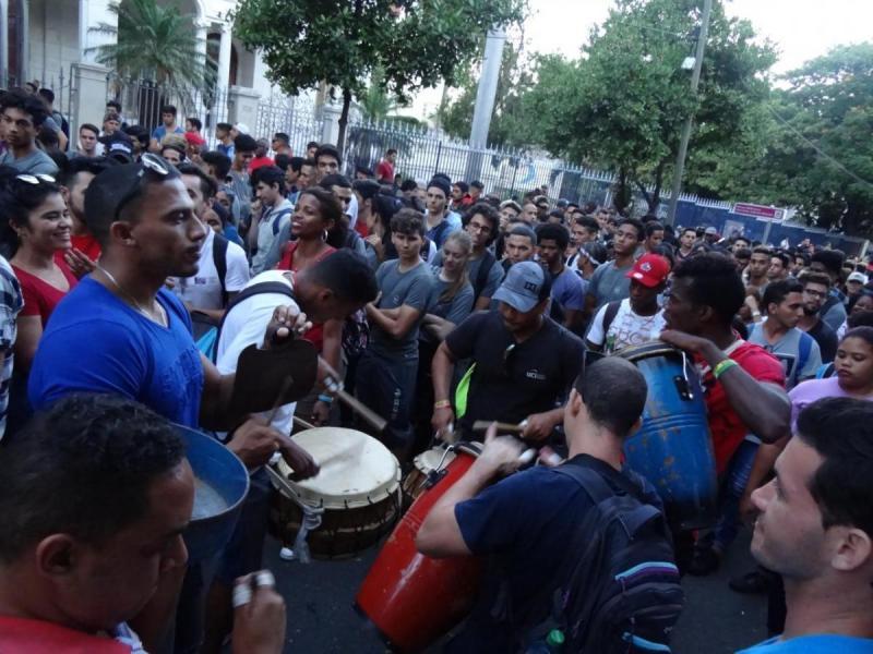 En el tradicional desfile del proletariado cubano la UCI respaldó la Revolución Cubana.