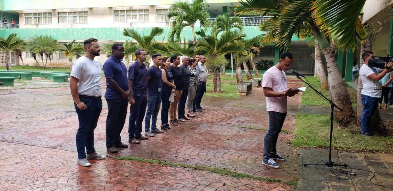 En nombre de los estudiantes de primer año, Ernesto Correa realizó el pase de lista simbólico de los mártires de la FEU.