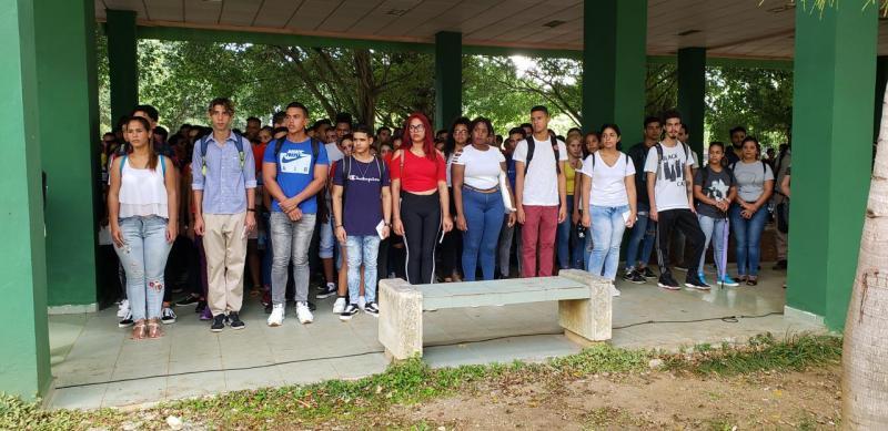Acto de entrega del carné de la FEU a estudiantes de nuevo ingreso.