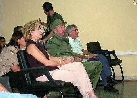 En la imagen de 2002, el Comandante Fidel, la periodista estadounidense Andrea Mitchell y el rector fundador de la UCI, Melchor Morell.
