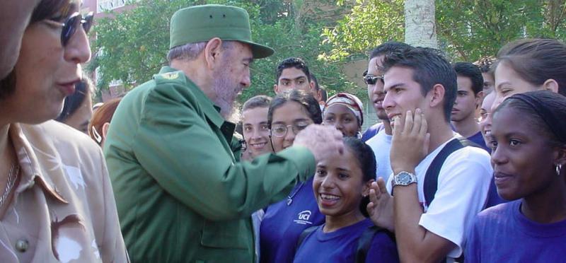 En su visita a la UCI Fidel intercambia con estudiantes, profesores y trabajadores.