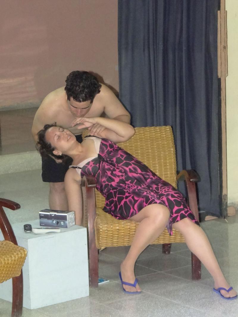 Obra teatral Con dos se quieran basta-Facultad 4