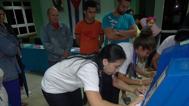 Sellado de las urnas antes que el primer elector ejerciera su derecho al voto.