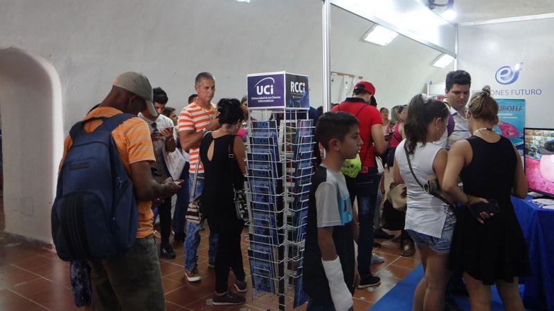 Numerosos estudiantes y profesionales, relacionados con la Informática, han visitado el stand de Ediciones Futuro, en la Feria Internacional del Libro de La Habana.