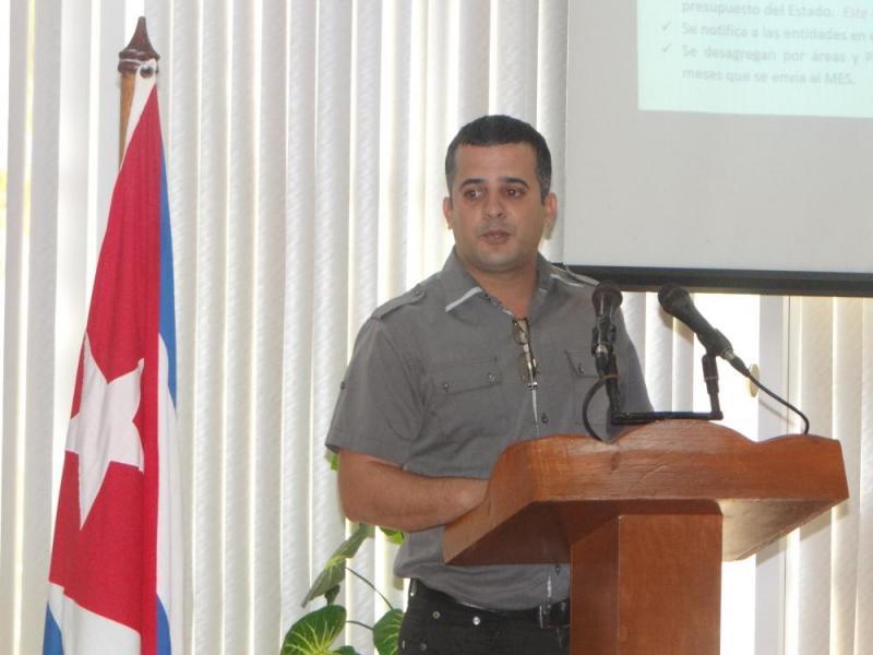 El director de Planificación, Jorge Carlos Yero García, realizó una explicación detallada de la gestión económica del presupuesto en la Universidad.
