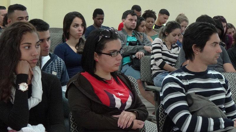 Estudiantes y profesores participan del conversatorio de los historiadores cubanos en el Salón Rubén Martínez Villena