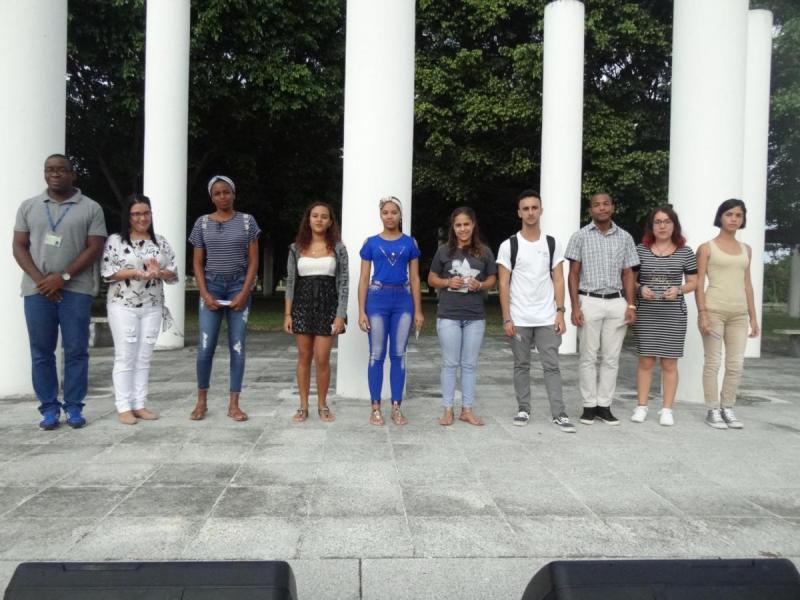 El MSc. Silvano Merced Len y la Ing. Arlety Sánchez Santos, secretarios generales de los comités del PCC y la UJC en la UCI, respectivamente, entregaron el carné que acredita a un grupo de jóvenes como nuevos militantes de la organización juvenil.