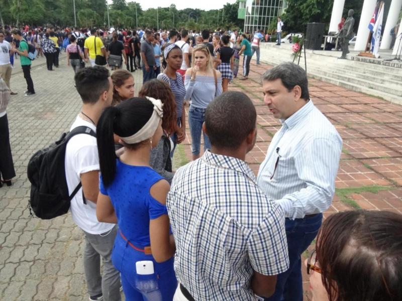 Al concluir el acto, el rector de la UCI, Dr.C. Walter Baluja García, conversó con los nuevos militantes de la UJC.
