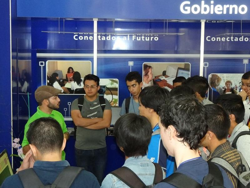 El especialista de la Dirección de Transferencia de Tecnología, Yunier Vega Rodríguez, mostró a los invitados las aplicaciones informáticas de nuestra institución académica.