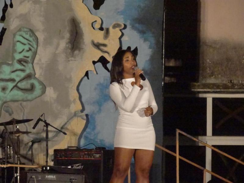 Talento musical en noche de festival.