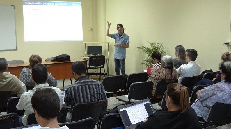 El Ing. Yuniesky Coca Bergolla, jefe de Disciplina de Inteligencia Artificial, realizó la presentación y correcciones para la redefinición del Modelo del Profesional en Ingeniería en Ciencias Informáticas