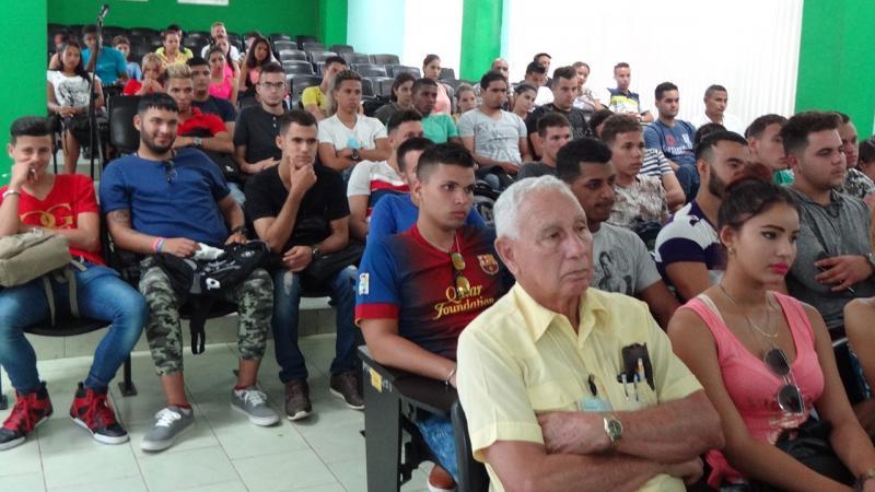 Estudiantes de la Fici interactúan con miembros del Consejo de Dirección de la facultad.