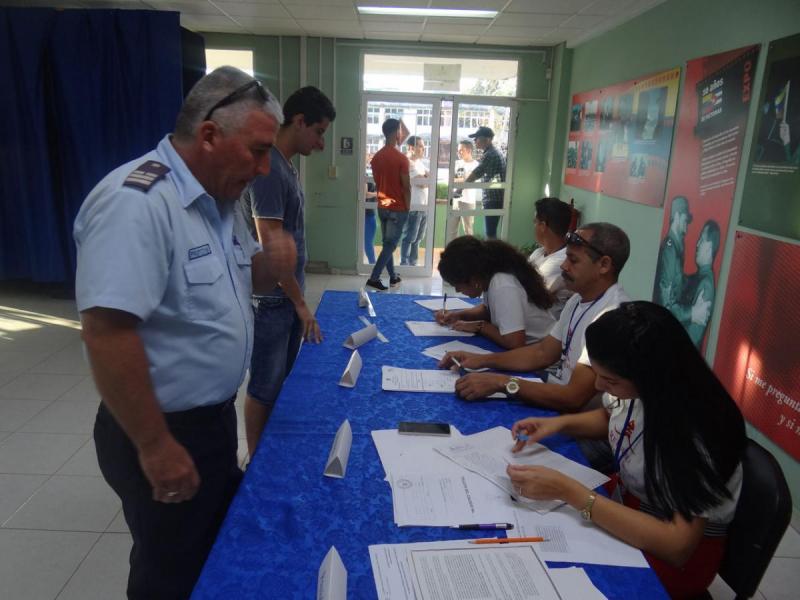 Estudiantes y trabajadores de la Universidad de las Ciencias Informáticas participan en un ejercicio de verdadera democracia.