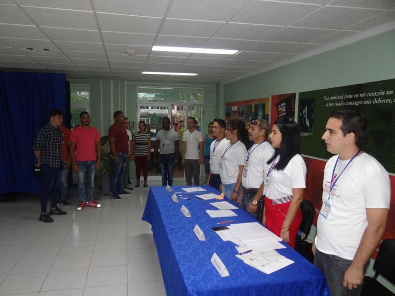 Decenas de estudiantes y trabajadores de la Universidad de las Ciencias Informáticas acudieron a aguardar el inicio oficial de las votaciones del referendo constitucional.