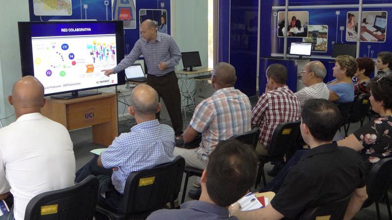 El MSc. Reynaldo Rosado Roselló, vicerrector de Producción, realizó una presentación de la composición de la Red de Centros de Desarrollo de la UCI.