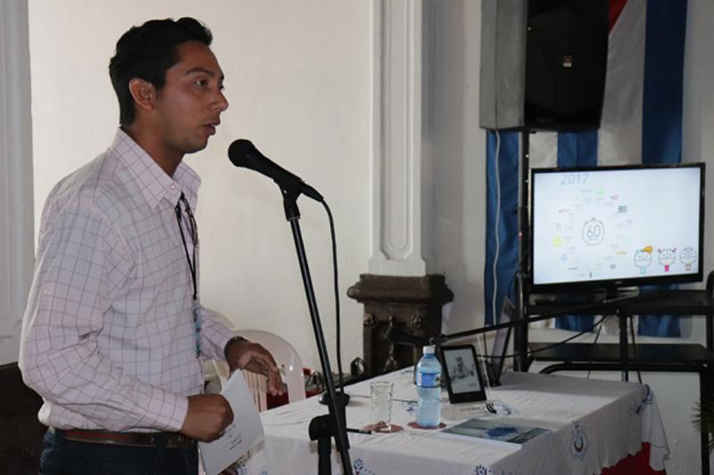 Raynel Batista Téllez, coordinador general de Ediciones Futuro, impartió conferencias y talleres en el Pabellón Universitario de la Feria del Libro en Granma. Foto: Cortesía de la Dircom de la UHo