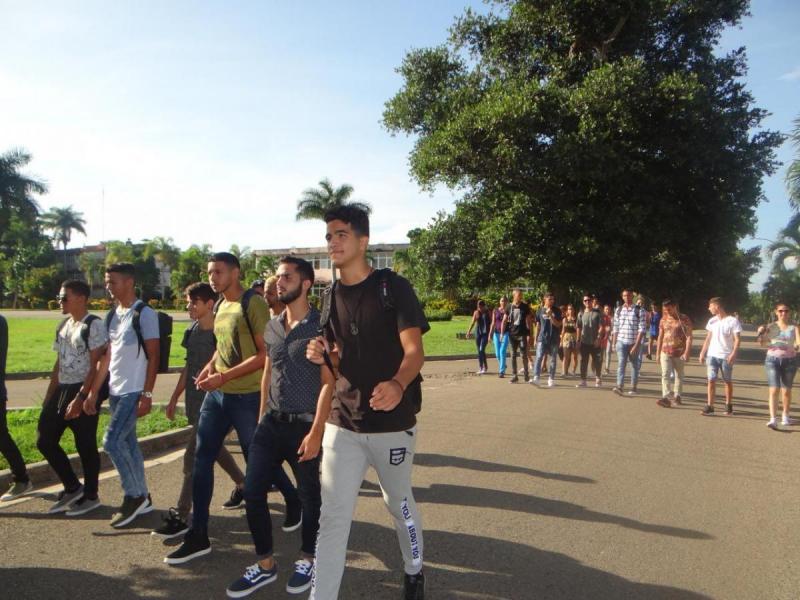 Recorren los nuevos estudiantes de la Facultad 2 sitios históricos de la UCI.