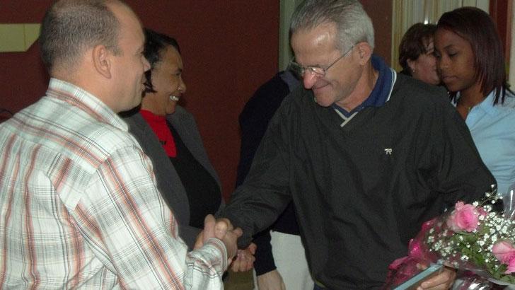 Reconocimiento al profesor Manuel Villanueva Betancourt por culminar exitosamente su tesis doctoral.