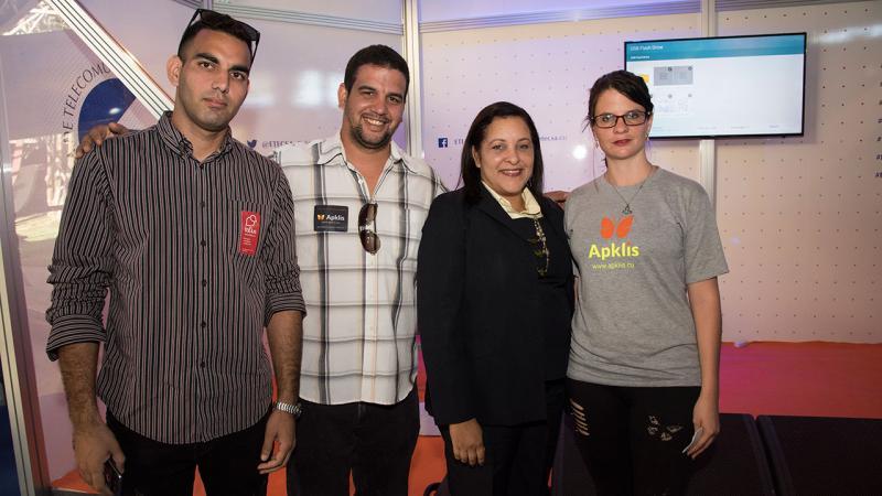 La Presidenta Ejecutiva de Etecsa, Mayra Arevich Marín, junto a desarrolladores de toDus y Apkalis de la UCI.