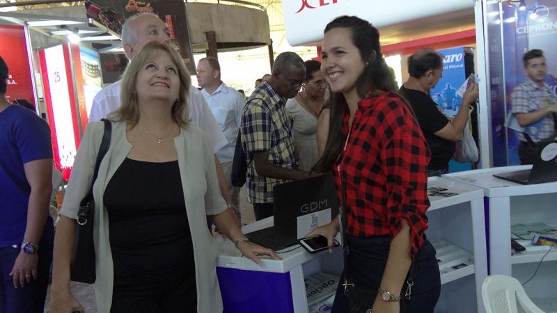 La Viceministra del Ministerio de Educación Superior, Dra.C. Miriam Alpízar Santana, se interesa por los productos presentados por la UCI en Fihav 2018.