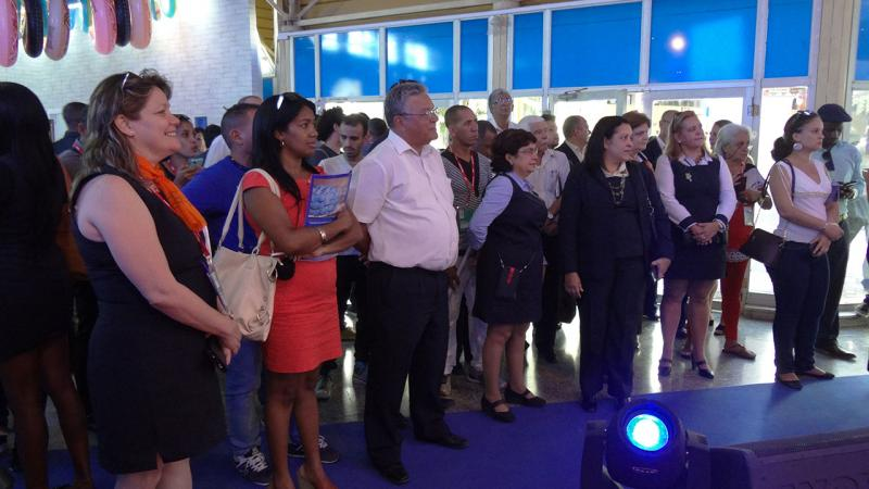 Público asistente al prelanzamiento de toDus y Apkalis en el estand de Etecsa.
