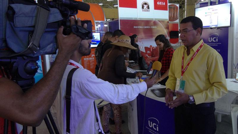 Mientras el MSc. Luis Raciel Rodríguez Silva, jefe del Departamento Comercial de la UCI, es entrevistado por Televisión Caribe para el Noticiero Nacional de Televisión, al estand de la Universidad continúa afluyendo el público.