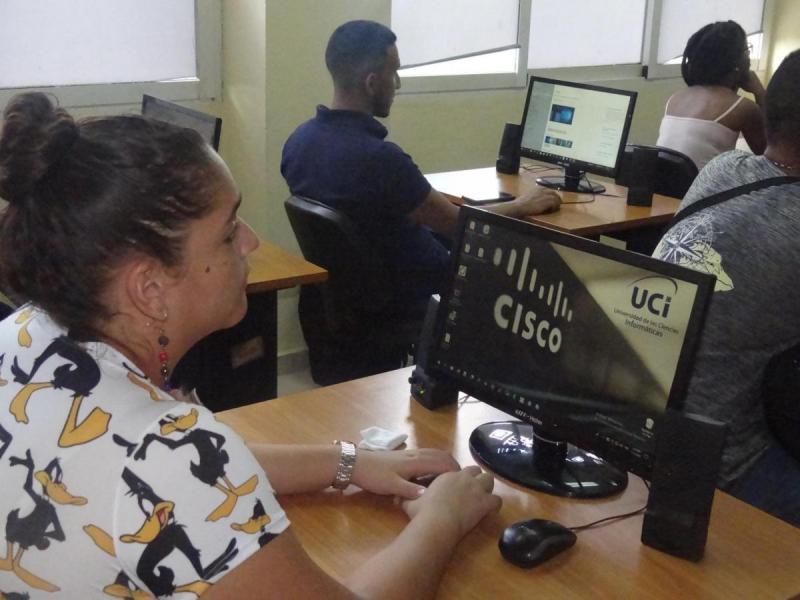 Los estudiantes colombianos conocieron la Academia Cisco de la UCI.